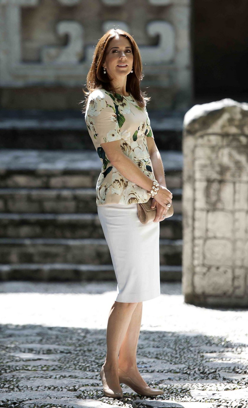 Księżna Mary w białej spódnicy
