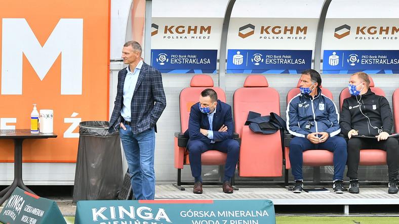 Trener Lecha Poznań Dariusz Żuraw (L) podczas meczu 28. kolejki piłkarskiej Ekstraklasy z KGHM Zagłębiem Lubin