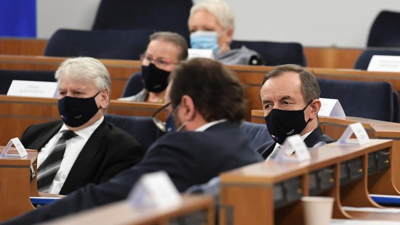 Marszałek Senatu Tomasz Grodzki (P) oraz senator KO Bogdan Borusewicz na sali obrad,