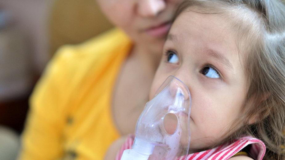 W ciągu 30 dni obserwacji powikłania takie, jak zapalenie płuc i niedotlenienie, występowały częściej wśród dzieci z COVID-19 niż hospitalizowanych dzieci z grypą