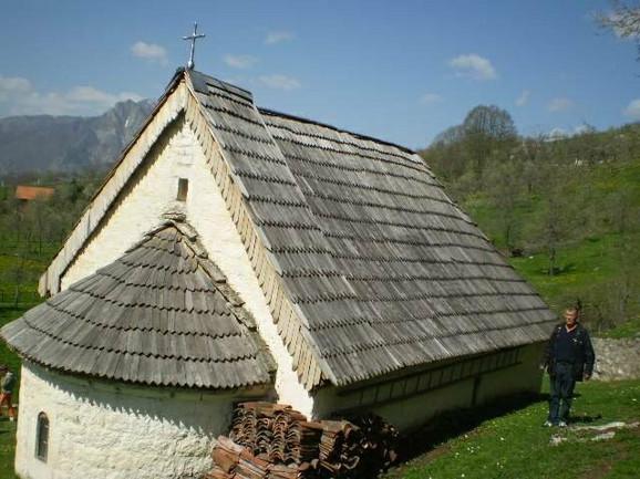 """Crkva u Popima, Foča, sa drvenim krovom """"klisom"""""""