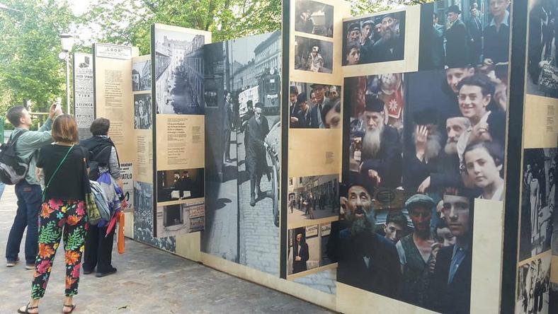 Wystawa przed Ogrodem Krasińskich