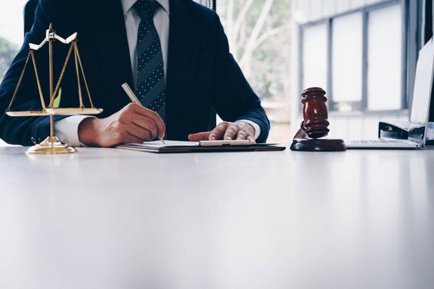 Ponieważ podejrzanemu nie przekazano koniecznych informacji o prawie do odmowy zeznań, przedstawił on szczegółową wersję faktów oraz złożył oświadczenia mające duży wpływ na jego pozycję procesową. Sądy krajowe nie zbadały zaś, w jaki sposób dowody te zostały uzyskane oraz jakie znaczenie miała nieobecność prawnika w trakcie przesłuchania.