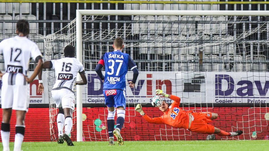 Filip Bednarek broni karnego w meczu z Charleroi