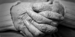 Staruszka zamarzła przed zamkniętymi drzwiami domu opieki