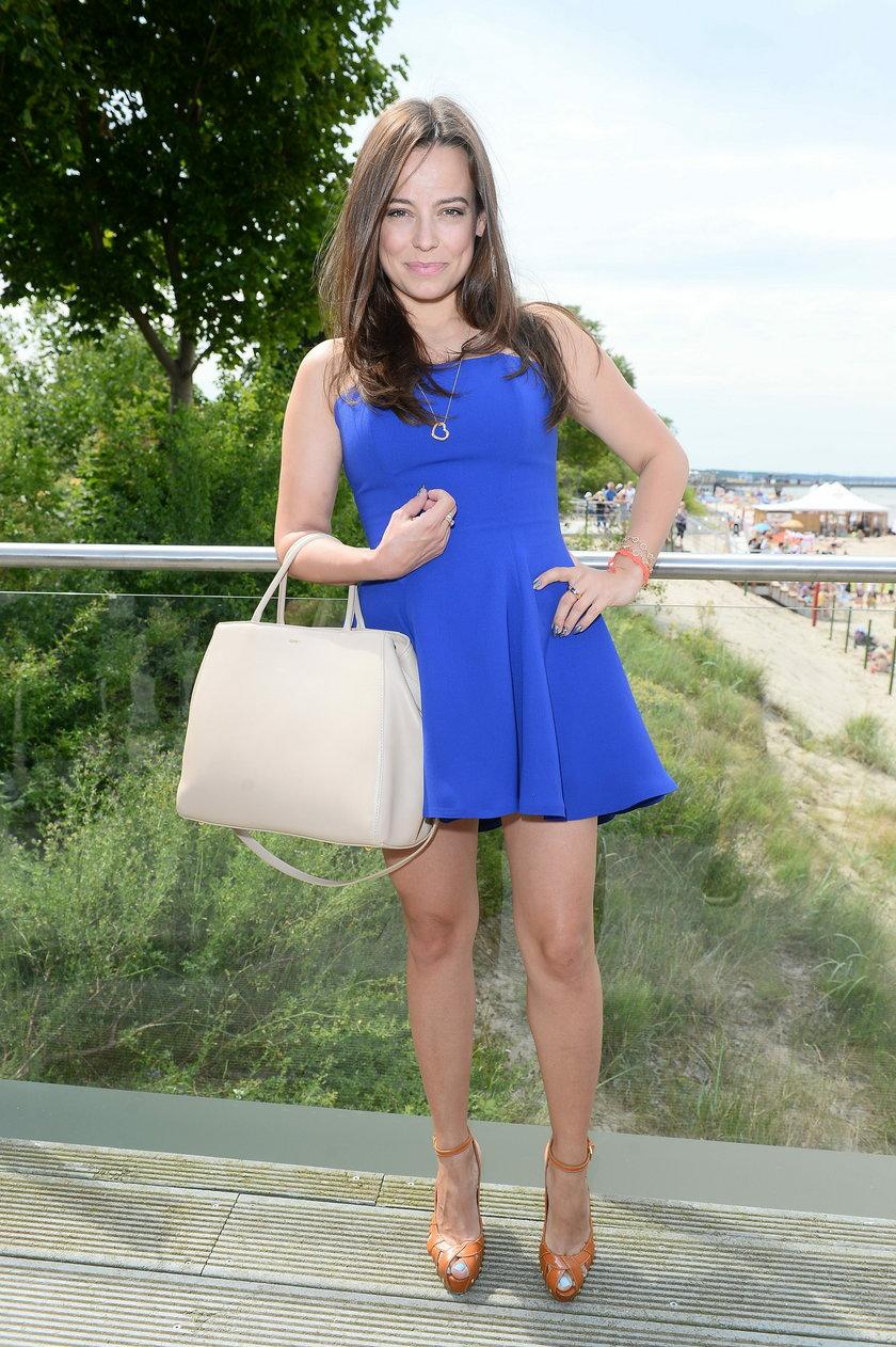 Anna Mucha w niebieskiej sukience