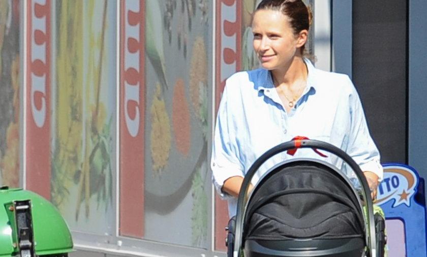 Monika Mrozowska z dzieckiem