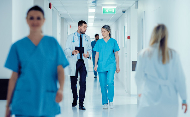 """Jeśli chodzi o personel medyczny, to 94 proc. wszystkich lekarzy już się zaszczepiło"""" - powiedział Dworczyk."""