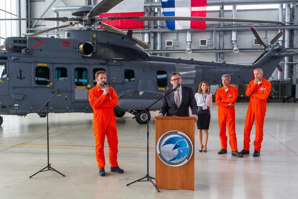 """""""Zakończyły się postępowania sprawdzające śmigłowca Caracal, których celem był sprawdzenie, czy przygotowany przez producenta śmigłowiec odpowiada warunkom przetargu. (...) Dziś z całą odpowiedzialnością mogę powiedzieć, że śmigłowiec firmy Airbus spełnia wszystkie te wymagania"""" - powiedział Różański na konferencji prasowej. Na zdjęciu: Michael Peru (C) z firmy Airbus."""