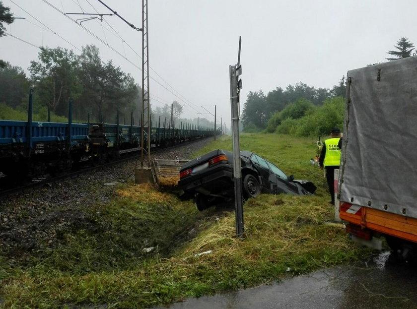 Kierowca mercedesa wjechał pod pociąg