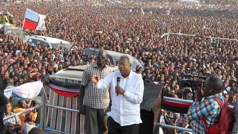 Former Tanzania's Prime Minister and main opposition party CHADEMA presidential candidate Edward Lowassa addresses a campaign rally at the Rwanda-Nzovwe grounds in Mbeya city in the Southern Highlands in Tanzania, October 18, 2015. REUTERS/Stringer