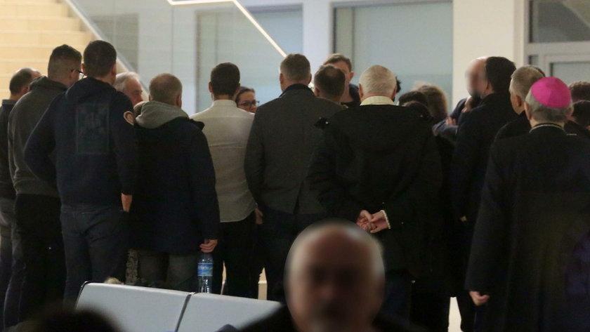 Był płacz, były modlitwy. Co działo się przed salą, w której operowano Pawła Adamowicza. Relacja
