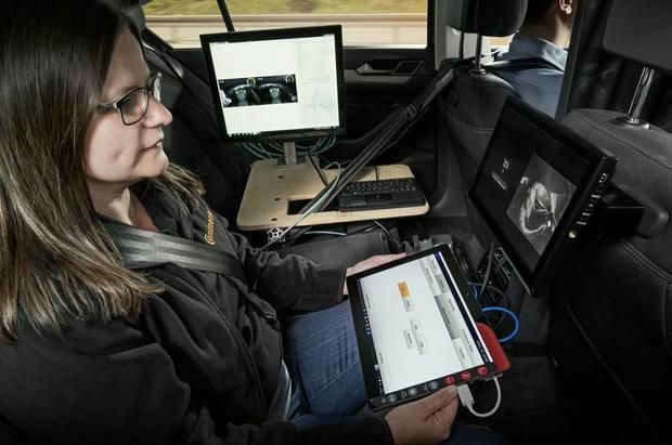 Z tyłu inżynier kontroluje reakcje kierowcy oraz symuluje różne tryby jazdy. Continental