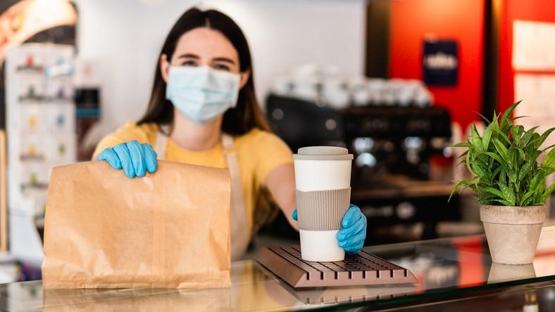 Posiłek i kawa na wynos; pandemia koronawirusa