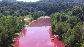 Rzeka Gardon w południowej Francji przybrała dość niepokojący odcień