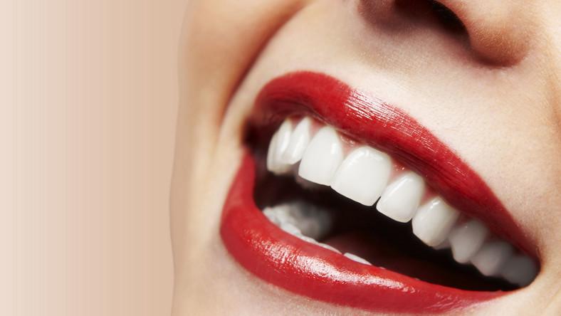 Jest kilka produktów spożywczych oraz leków, które psują zdrowy kolor zębów. Poznaj je...