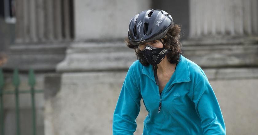 Najlepszym zabezpieczeniem przed smogiem jest ograniczenie przebywania na zewnątrz, zrezygnowanie z wietrzenia mieszkań i noszenie maseczek ochronnych