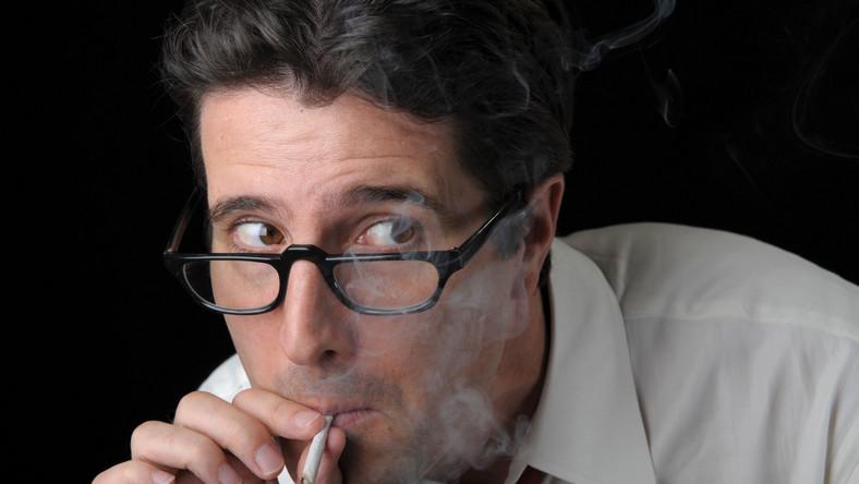 Palacze marihuany wdychają więcej substancji smolistych i tlenku węgla niż palacze papierosów