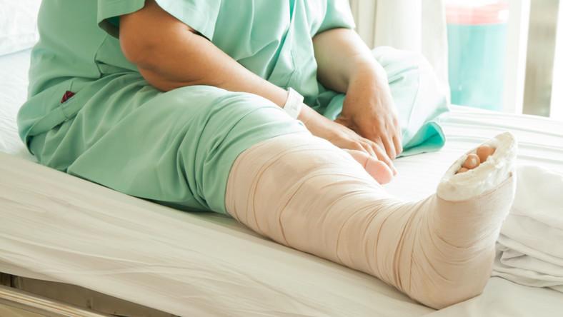 Pacjent z nogą w gipsie