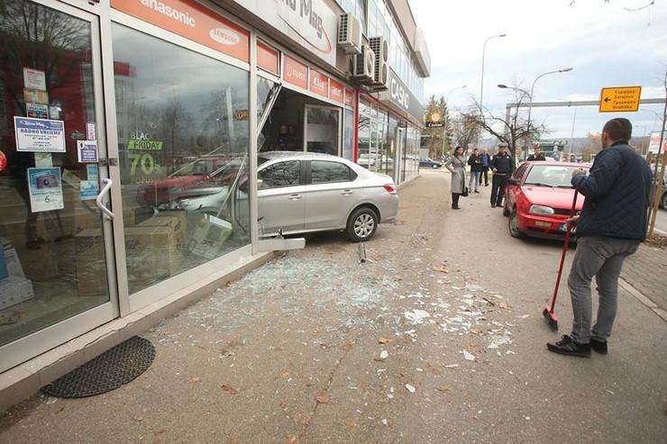 Auto u izlogu nesreca 1