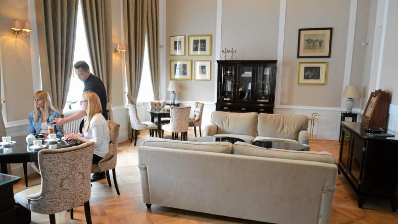 """To hotel butikowy. Jest w nim 20 pokoi i apartamentów. Są też odrestaurowane pałacowe sale, których nie mają inne hotele. Dlatego jest wyjątkowy – mówi """"Gazecie Wyborczej"""" Izabela Niwińska, kierownik ds. rozwoju i promocji hotelu."""