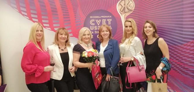 Udruženje poslovnih žena Srbije dodelilo joj je priznanje Cvet uspehaza ženu zmaja. Sa sestrama Bosom i Verom, ćerkom Jovanom i bivšim pripravnicama Jelenom i Anom
