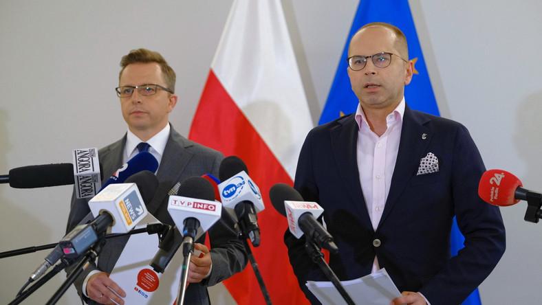 Posłowie KO. Dariusz Joński i Michał Szczerba