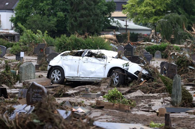 Samochód po powodzi osiadł na cmentarzu - Niemcy