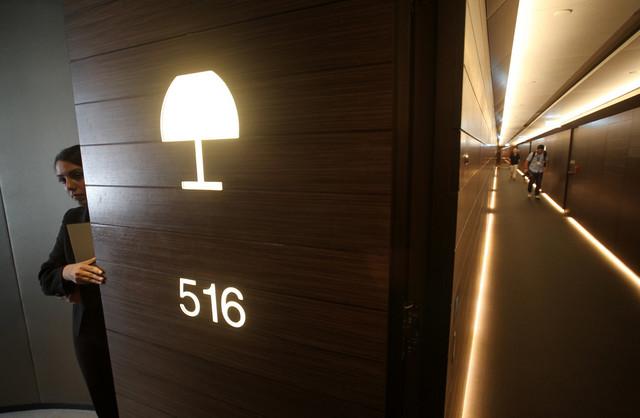 Vrata sobe i hodnik Armanijevog hotela u Dubaiju