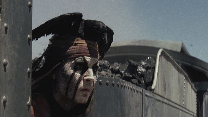 Indianin Tonto (Johnny Depp) uratował od śmierci młodego prawnika Johna Reida (Armie Hammer), którego brat Dan zginął z rąk zwyrodniałego bandyty Butcha Cavendisha (William Fichtner). Teraz John – ukrywający się za maską a la Zorro – oraz Tonto muszą stawić czoła bandzie Butcha, a przy okazji rozprawić się z chciwym i okrutnym Lathamem Cole'em (Tom Wilkinson), zarządcą budowy kolei transkontynentalnej. Wątków w opowieści o zamaskowanym jeźdźcu pojawi się zresztą więcej – wszystkie splotą się w szalonym, wybuchowym finale zaiste godnym letniego blockbustera