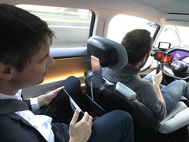 Renault Symbioz. Fotel kierowcy przesuwa się do tyłu podczas jazdy autonomicznej