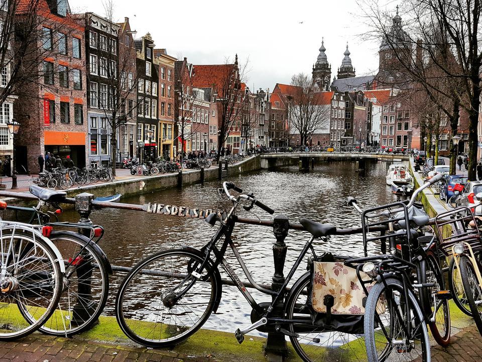 Amsterdam - stolica Holandii. Położony jest częściowo poniżej poziomu morza, jest największym miastem Holandii i drugim co do wielkości portem Holandii (po Rotterdamie).
