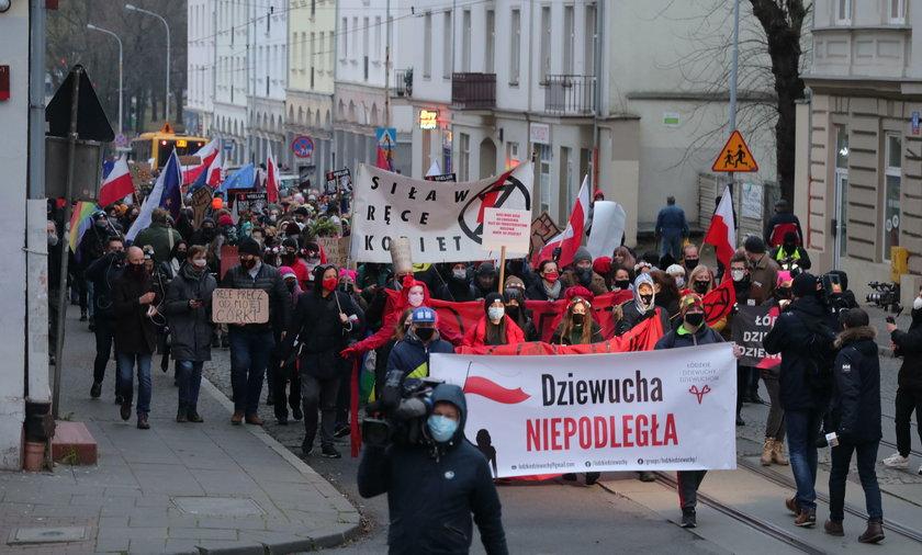 Strajk Kobiet w Łodzi. Manifestujący przyszli pod komendę