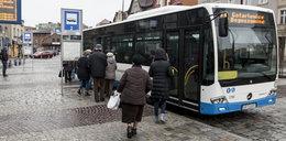 Obnaża się i masturbuje w autobusach. Szuka go policja