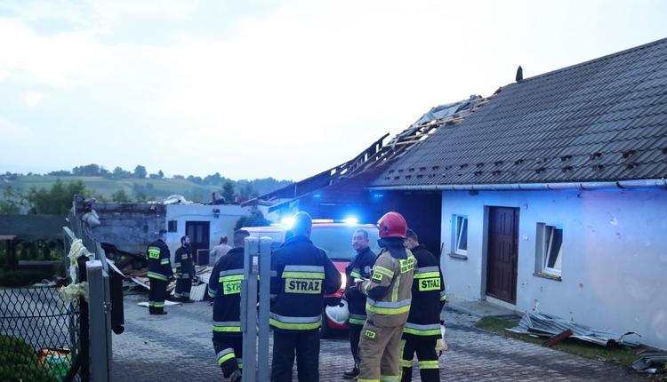 Burze nad Polską. Trąba powietrzna, połamane drzewa i linie energetyczne. Jedna osoba ranna