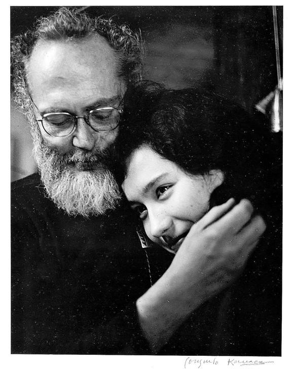 Judžin Smit sa suprugom Ajlin na fotografiji iz 1974. godine, koja se čuva u Muzeju Bruklin, u koji je stigla kao poklon