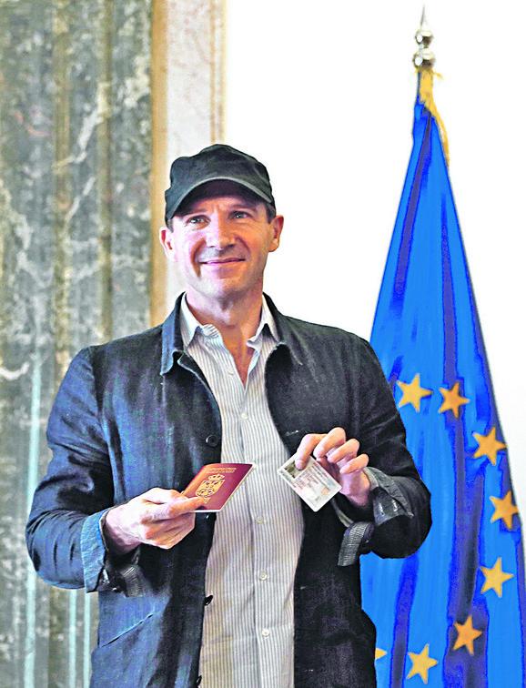 Rejf Fajns, srpski državljanin