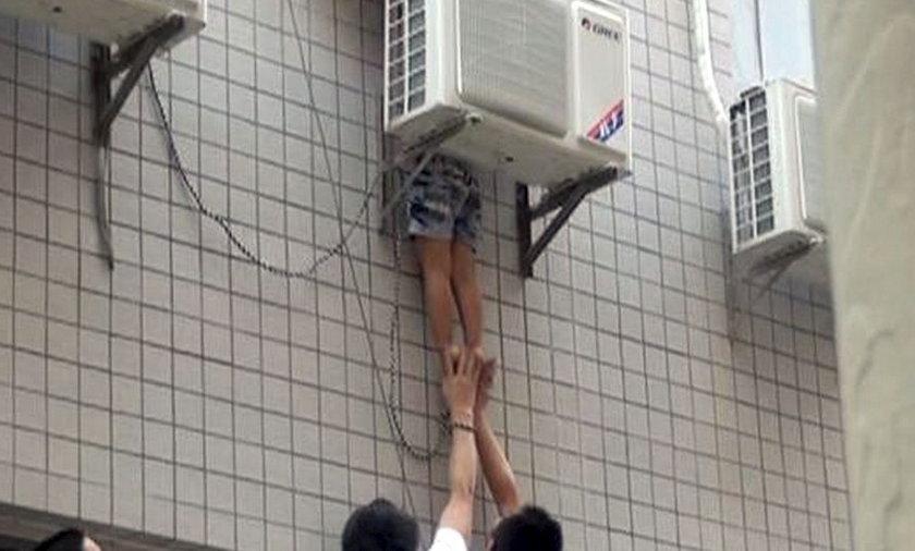 dziecko zawisło na klimatyzatorze