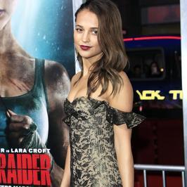 Alicia Vikander w zjawiskowej sukni na premierze filmu. Piękna!