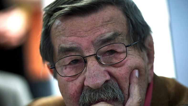 """W sierpniu 2006 Grass udzielił zaskakującego wywiadu niemieckiemu dziennikowi """"Frankfurter Allgemeine Zeitung"""" w którym ujawnił, że pod koniec wojny jako 17-latek służył w hitlerowskiej formacji wojskowej Waffen-SS. To będzie dla mnie hańba do końca życia - powiedział o swojej służbie w hitlerowskiej Waffen-SS pisarz noblista Guenter Grass. Tam poszedłem bez mojej woli. To było i tak dostatecznie straszne. Dopiero po wojnie zbrodnie Waffen-SS stały się dla mnie jasne i z roku na rok, przez dziesięciolecia, wzrastała ta moja wiedza - mówił Grass. WIĘCEJ NA EN TEMAT>>>"""