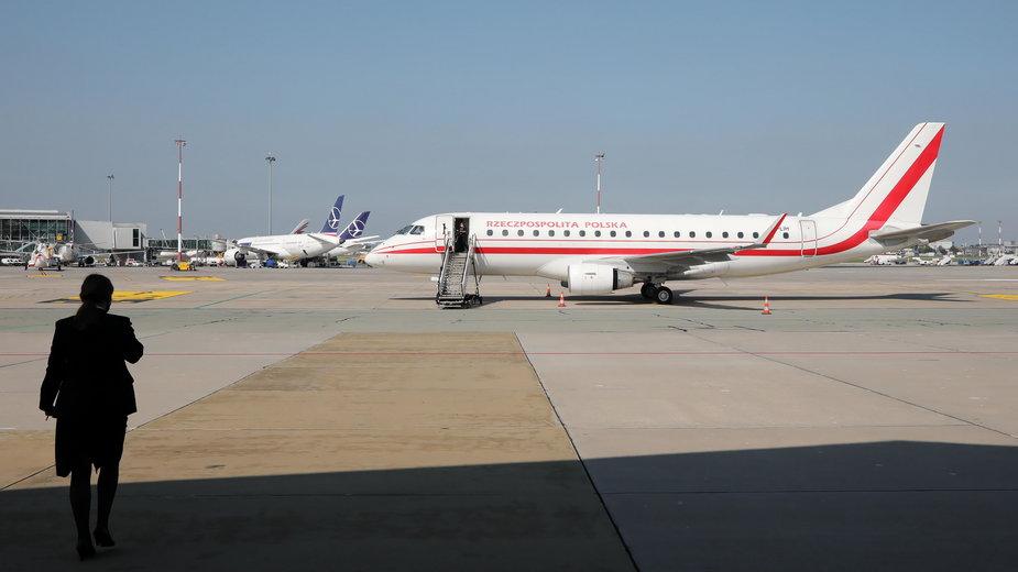 Samolot rządowy na warszawskim lotnisku Okęcie przed wylotem ministra spraw zagranicznych Zbigniewa Rau na Litwę