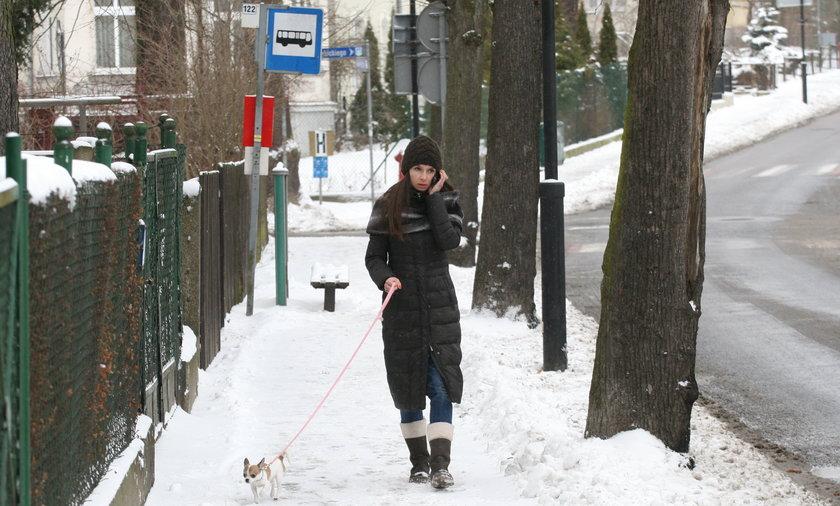 Marta Kaczyńska z pieskiem na spacerze
