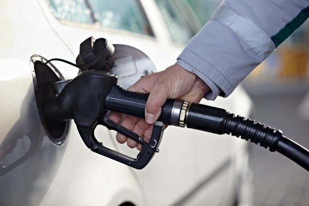 """Nowela zawiera też zmiany w Kodeksie karnym skarbowym, umożliwiające karanie za łamanie prawa, wprowadzanego """"pakietem paliwowym""""."""