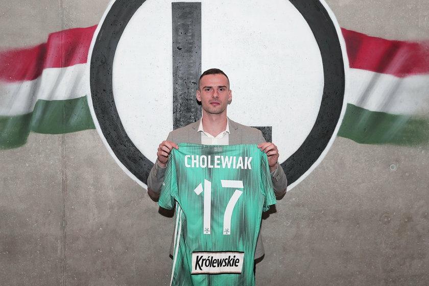 Transfer do Legii 30-letni Mateusza Cholewiaka, który jesienią w lidze tylko pięć razy w podstawowym składzie Śląska Wrocław, urasta do rangi symbolu
