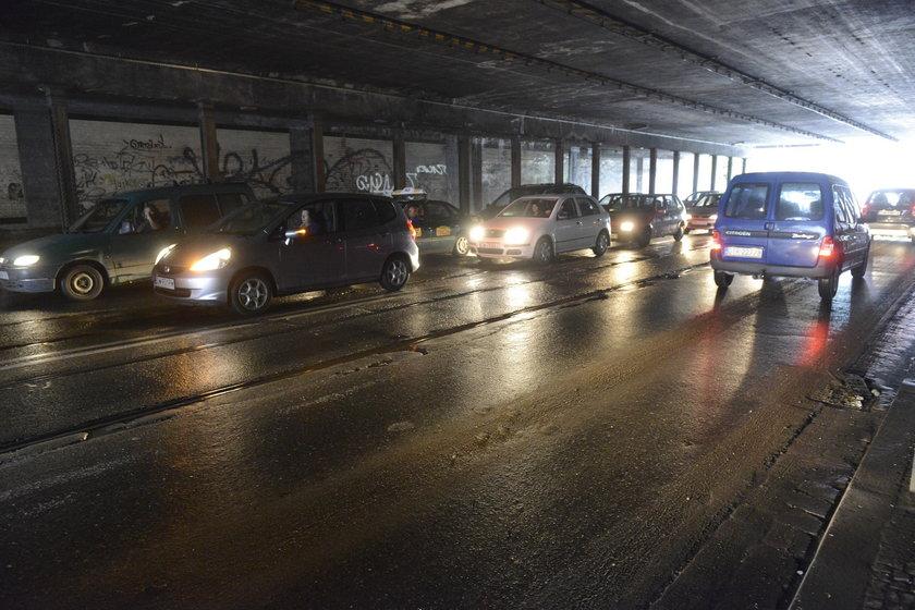 Samochody pod wiaduktem kolejowym