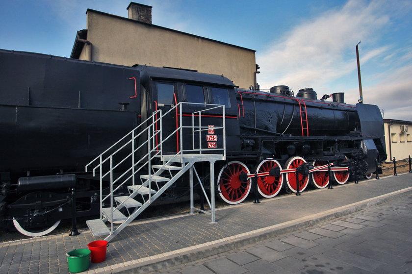 Łazy. Zabytkowa lokomotywa stanęła przed dworcem koleojowym