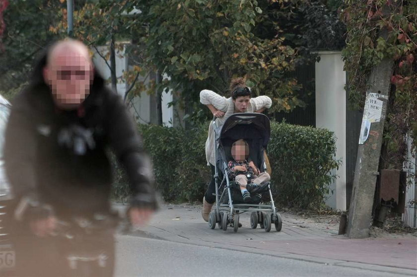 Kasia Cichopek jak zwykła mama. Bez makijażu na spacerze
