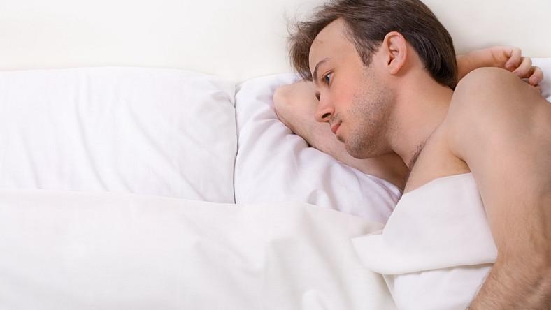 Samotny mężczyzna w łóżku