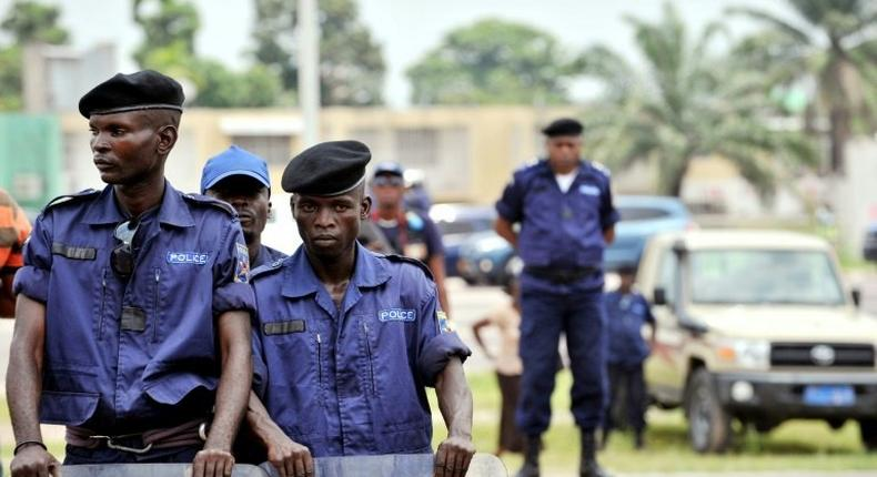 A police station and a court compound in the DR Congo capital Kinshasa were attacked by gunmen on Friday