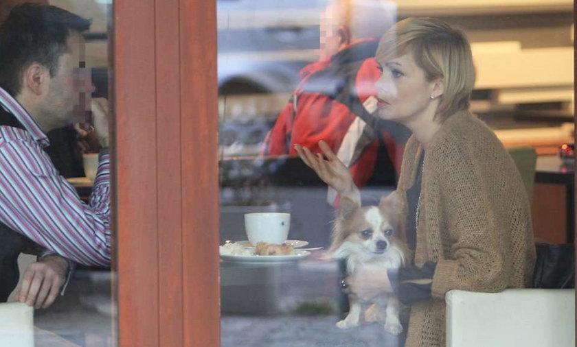 Weronika Marczuk. Pies prawie je jej z talerza!